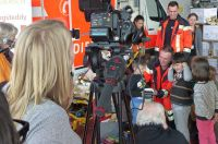 Besuchskinder_am_Rettungswagen