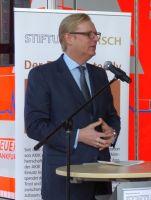 Stadtrat_Frank_erlaeutert_die_wichtige_Bedeutung_der_Zusammenarbeit_mit_AKIK